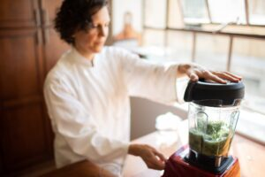Carol Bell, RD making a green smoothie at Table Health